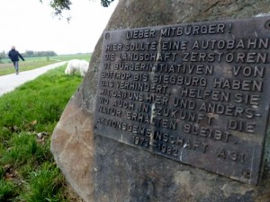"""""""1982 wurde Autobahn 31 verhindert"""" Gedenktafel am Grenzweg Essen-Mülheim"""